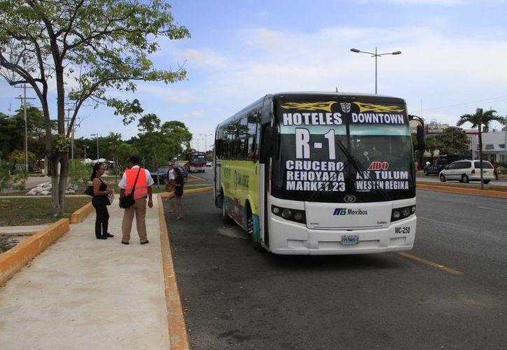 Los parabuses se colocaron en la avenida Tulum, en un espacio que era usado como estacionamiento de vehículos particulares. (Tomás Álvarez/SIPSE)