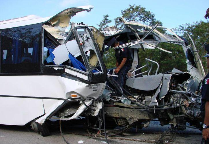 El autobús se impactó contra el tráiler, que transportaba vehículos a Playa del Carmen. (Redacción/SIPSE)
