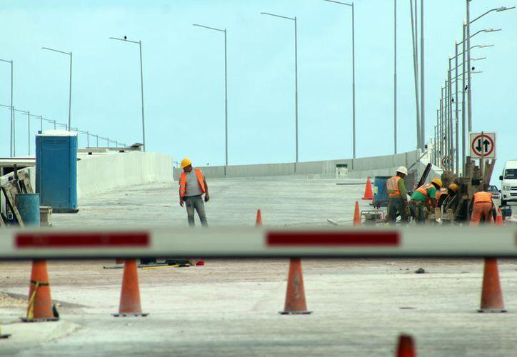 Sólo detalles faltan para que el viaducto alterno sea entregado. (G. Keb/ Milenio Novedades)