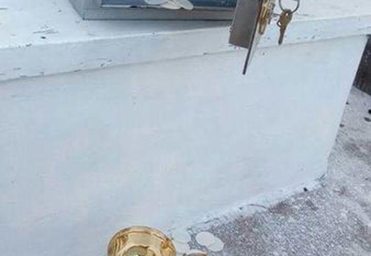 Los ladrones buscaron la llave del sagrario, lo abrieron y arrojaron la Sagrada Eucaristía por el suelo. (Milenio Novedades)