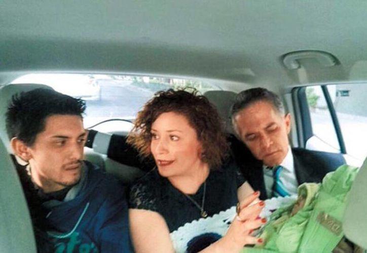 El jefe de Gobierno y la titular del Injuve compartieron el taxi eléctrico junto con una joven pareja y su bebé. (Pedro Domínguez)