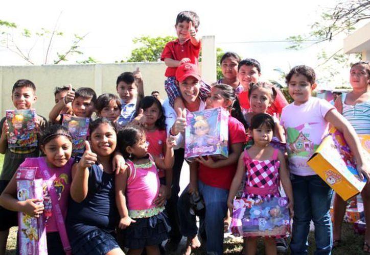 Los niños con los regalos donados por Fundación Azteca. (Cortesía/SIPSE)