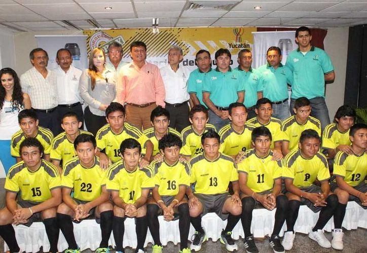 Porfirio Trejo Zozaya, con el equipo del Cobay. (Milenio Novedades)