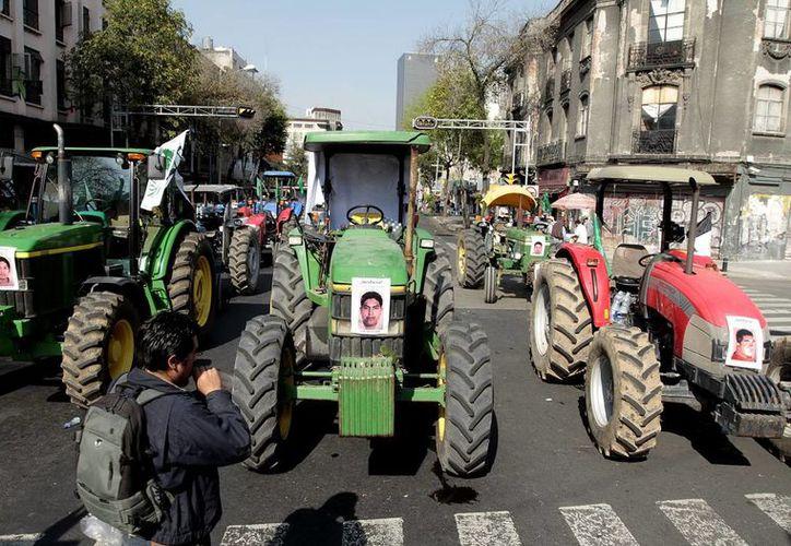 Foto de archivo de la movilización de integrantes de organizaciones campesinas en la Ciudad e México, en apoyo a los normalistas desaparecidos en Guerrero en septiembre. Este sábado se realizó un nuevo mitin en la capital mexicana. (Notimex)
