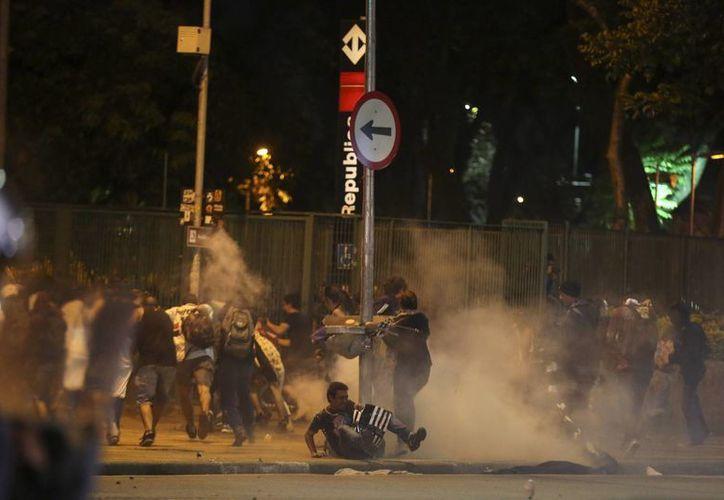 Manifestantes se enfrentan con la Policía durante una protesta contra el aumento de la tarifa de autobuses. Algunos activistas resultaron heridos y requirieron ser atendidos en hospitales. (EFE)