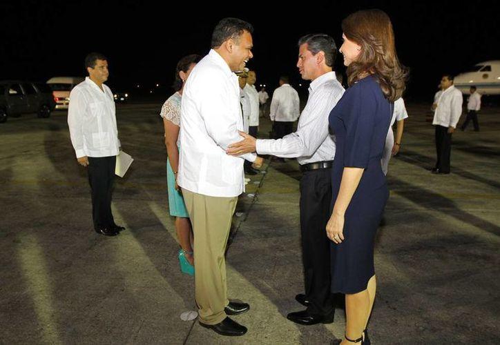 El gobernador Rolando Zapata Bello recibe al presidente Enrique Peña Nieto y su comitiva. (Cortesía)