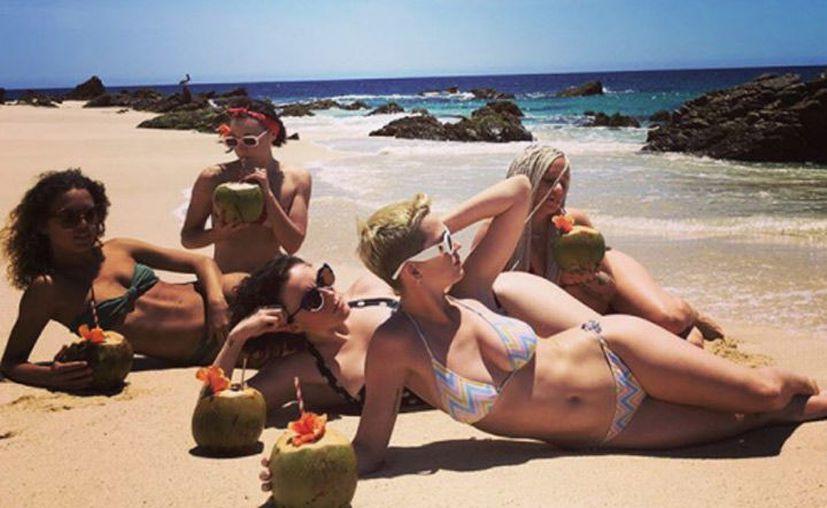 En las imágenes aparece Katy Perry con un pequeño bikini, con un coco en la mano. (Instagram).