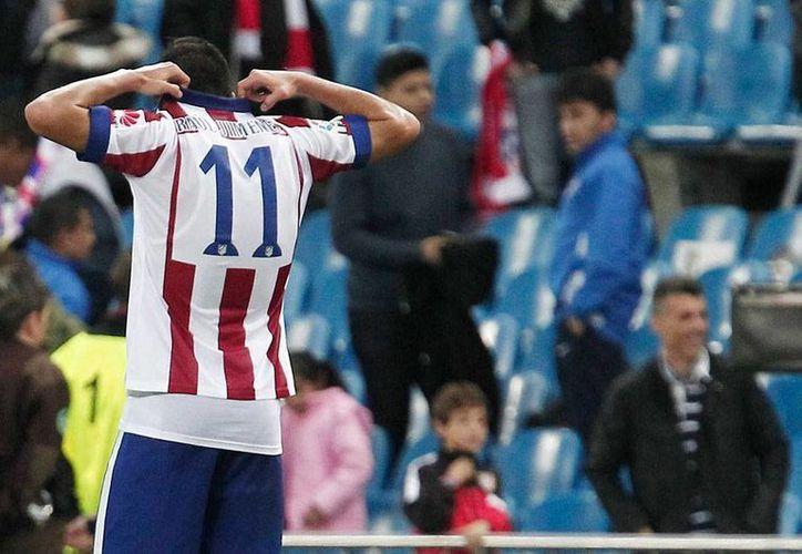 Raúl Jiménez no quiere, y su técnico Diego Simeone tampoco quiere que lo haga, quitarse la camista del Atlético de Madrid. (Archivo/NTX)