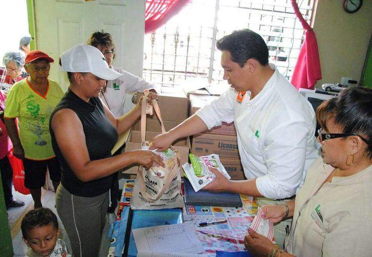 En Yucatán los municipios contemplados para vender la leche a un peso son Chikindzonot, Tahdziú y Mayapán. En la imagen, Efraín Rivero Euán, delegado de Liconsa en el Estado, mientras despacha el producto a un grupo de beneficiados. (Facebook Efra Rivero)