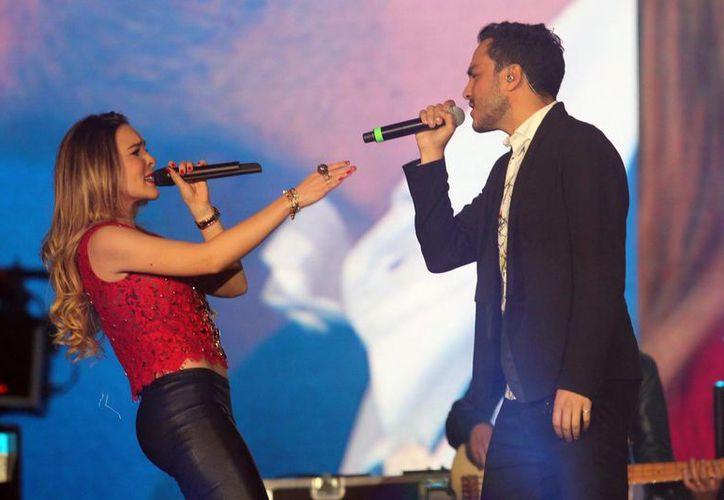 Belinda prepara nuevos sencillos y duetos de excelente calidad, en la foto la cantante y Motel durante los premios Telehit 2014. (Notimex)