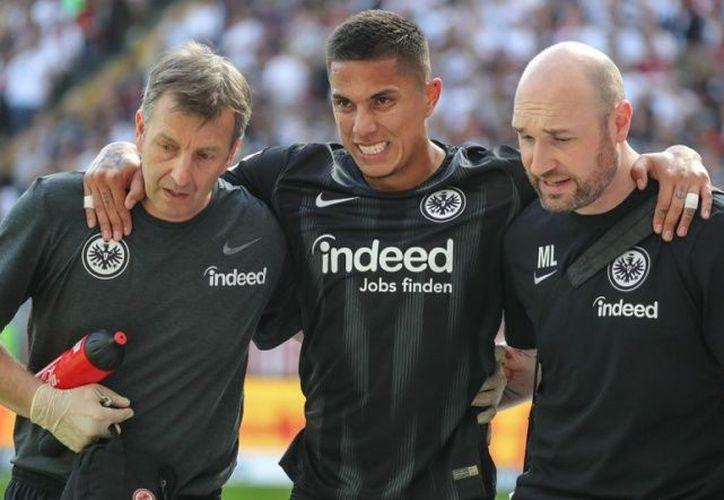 Salcedo tuvo que retirarse al inicio del partido tras sufrir una dura entrada de un rival. (excelsior.com)