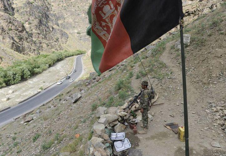 Los talibanes han redoblado sus ataques en todo el país desde que las fuerzas de Estados Unidos y la OTAN abandonaron sus misiones de combate. Un soldado afgano hace guardia en una carretera de cerca a Kabul, Afganistan. (EFE)