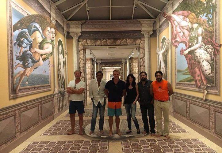 El actor estuvo acompañado de Raimonda Jarusauskaite, James Chalke,  Eduardo Sánchez y del equipo de actores. (3D Museum of Wonders Playa del Carmen/Facebook)