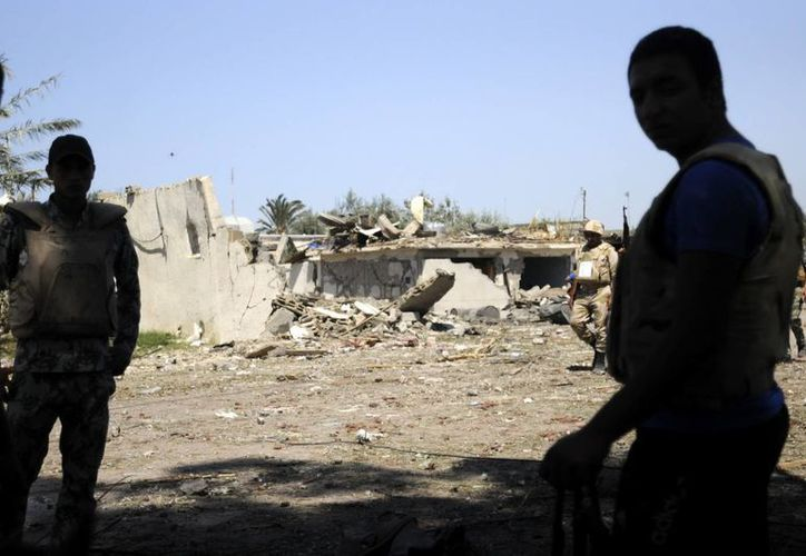 Soldados egipcios vigilan en el lugar donde al menos seis personas murieron y otras diecisiete resultaron heridas. (EFE)