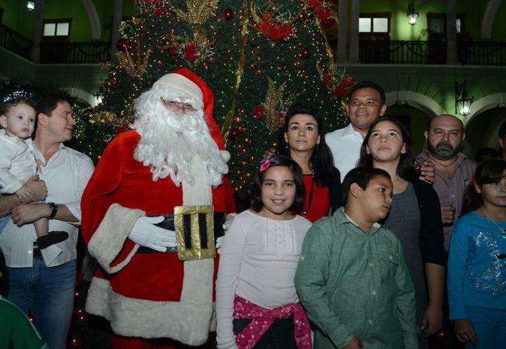Santa Claus recogió las cartas de los niños que acudieron al encendido del árbol. (Cortesía)