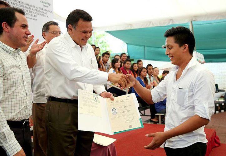 El Gobernador entregó sus cédulas profesionales a 900 egresados del Conalep Yucatán. (Cortesía)