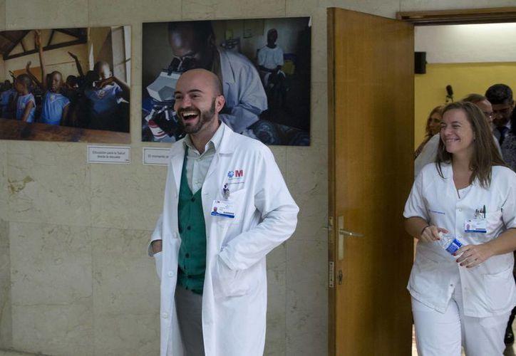 Los doctores Fernando de la Calle y Marta Mora, de la Unidad de Medicina Tropical del Hospital Carlos III de Madrid, sonríen al abandonar una conferencia de prensa donde informaron que la enfermera española contagiada de ébola definitivamente ya superó el mal. (Foto: AP)
