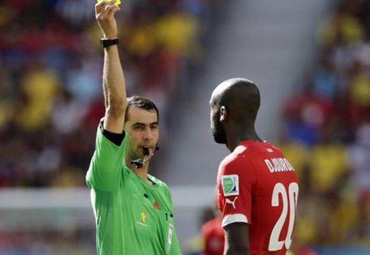 Ravshan Irmatov debutó en Brasil 2014 arbitrando el partido  de Suiza vs Ecuador, teniendo una buena actuación. (AP)