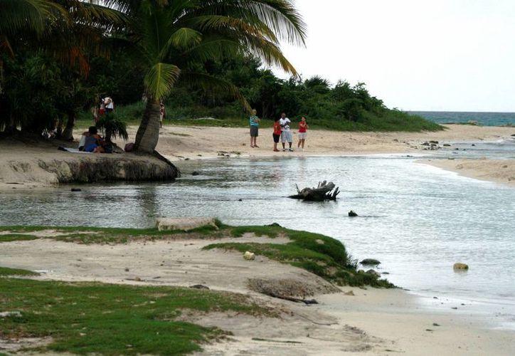Las lluvias provocadas por el paso cercano de la depresión tropical Boris, dejaron semi desiertas las playas ayer.  (Octavio Martínez/SIPSE)