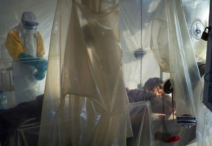 Desde agosto del 2018 más de dos mil 600 personas se han contagiado de ébola, y mil 700 han muerto. (AP/Jerome Delay)