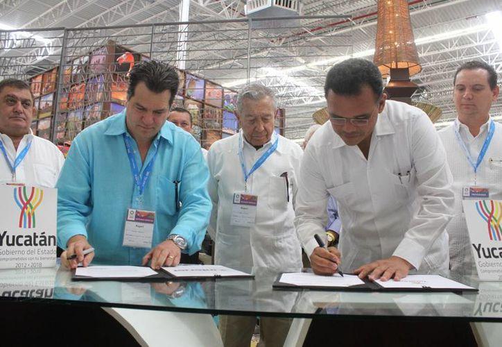 La firma de carta compromiso entre Yucatán e Interjet. (Sergio Orozco/SIPSE)