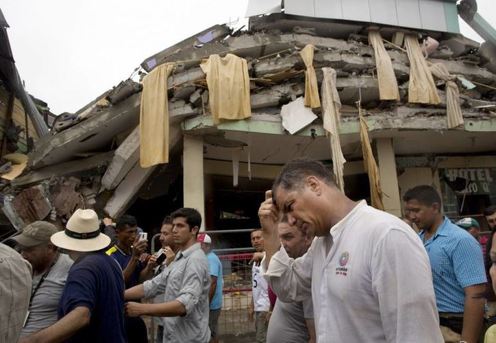 El presidente de Ecuador, Rafael Corre, al realizar un recorrido por las zonas afectadas por el sismo. (Agencias)