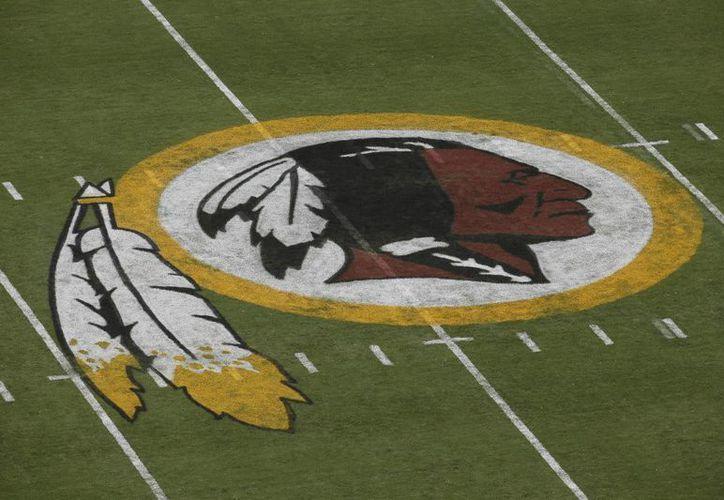Un juez federal de Estados Unidos ordenó a la Oficina de Patentes y Marcas que cancele el registro de marca del equipo de fútbol americano Redskins de Washington. (AP)