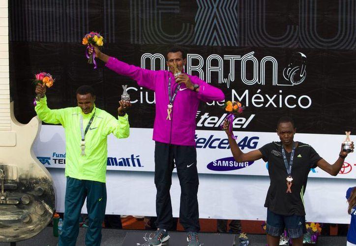 Debebe Tolosa (izq), Daniel Aschenik y Elisha Korir Chumo fueron los triunfadores del XXXIII Maratón de la Ciudad de México. (Notimex)