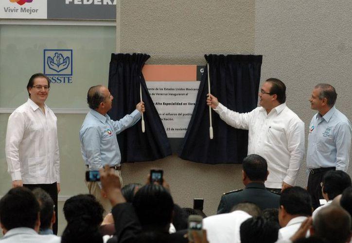 El presidente Felipe Calderón y el gobernador de Veracruz, Javier Duarte, durante la inauguración del nosocomio en Veracruz. (Notimex)