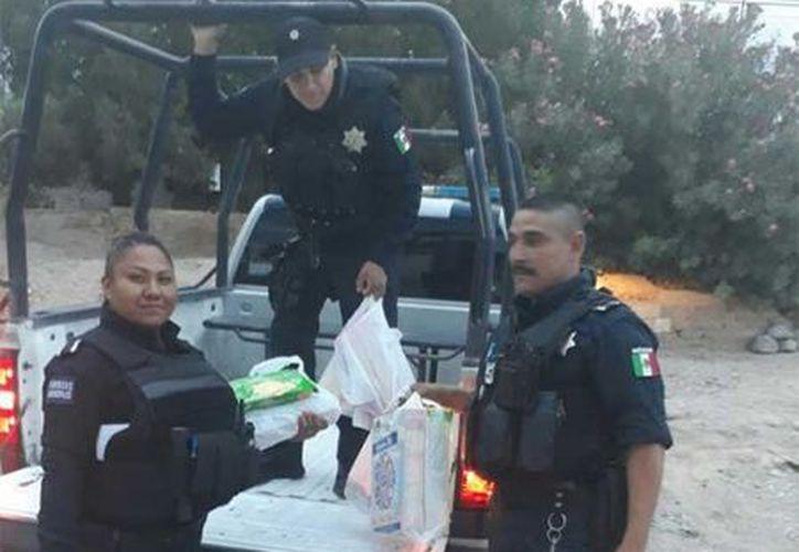 Los policías de buen corazón cooperaron de su bolsillo para ayudar a los menores. (Foto: Excelsior)