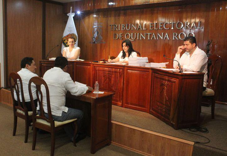El Tribunal Electoral de Quintana Roo desechó, ayer en 20 minutos de sesión, tres casos de impugnación: uno del Partido Encuentro Social y otros dos de un particular contra Morena.  (Daniel Tejada/SIPSE)