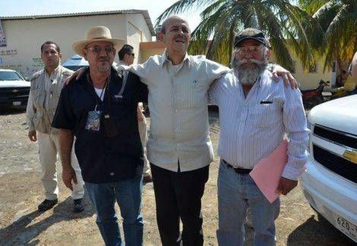 El gobernador Fausto Vallejo asistió a una audiencia pública con el líder de la autodefensa de La Ruana, Hipólito Mora, y Estanislao Beltrán, uno de los voceros de las autodefensas de Michoacán. (Milenio)