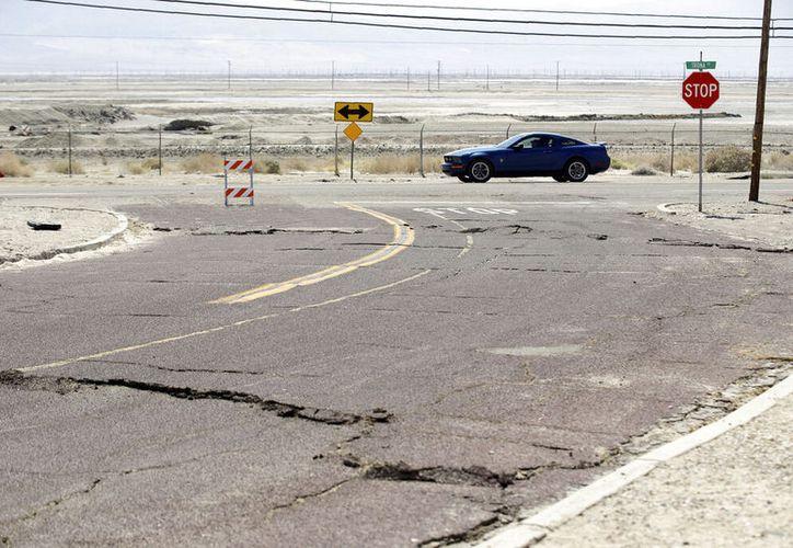 Una calle dañada por un sismo en Trona, California. (AP Foto/Marcio José Sánchez)