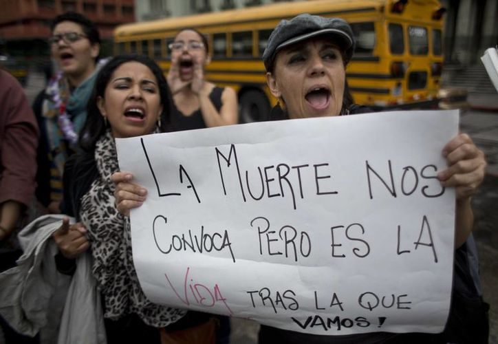 Tres mujeres protestan contra la violencia en Guatemala, el 19 de octubre de 2016. Este país junto con Honduras y El Salvador, crearon una fuerza trinacional para enfrentar a las pandillas. (AP/Moisés Castillo)