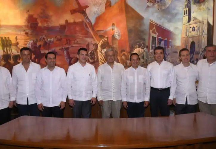 Andrés Manuel López Obrador se reunió con el gobernador Carlos Joaquín, y los mandatarios del sureste. (Redacción/SIPSE)