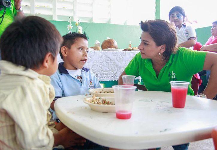 Sarita Blancarte convivió con beneficiarios del Espacio de Alimentación, Encuentro y Desarrollo 'La Asunción', en Sanahcat . (Cortesía)