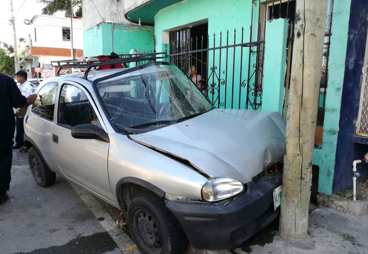 Padre e hijo circulaban en este automóvil. (Redacción/SIPSE)
