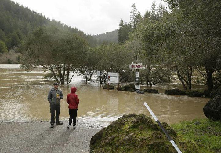 Los meteorólogos indican que seguirá lloviendo en buena parte del estado de California. (AP/Eric Risberg)