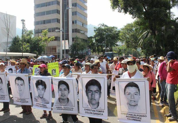 Imagen de archivo de los padres de los 43 estudiantes de la Normal de Ayotzinapa desaparecidos, , alumnos de dicha escuela y maestros durante una marcha pacifica que se realizó en Acapulco, en demanda de que se agilicen las investigaciones del caso. (Archivo/Notimex)