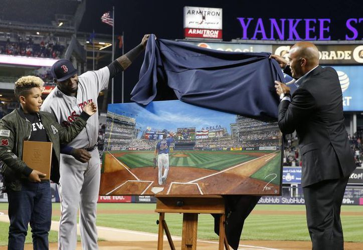 David Ortiz recibió esta noche una pintura al óleo con su imagen y un libro de cuero con cartas escritas a manos por jugadores activos y retirados de los Yanquis. (AP)