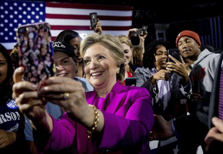 La ventaja de 60 por ciento a 30 por ciento de Hillary Clinton sobre Donald Trump es alimentada en general por el apoyo de votantes puertorriqueños. (AP/Andrew Harnik)