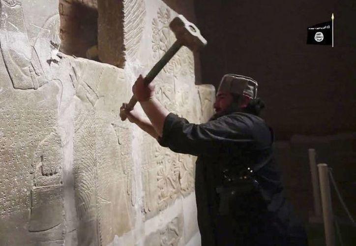 Miembros del grupo extremista Estado Islámico utilizaron mazos, martillos neumáticos, una excavadora y explosivos para arrasar con las ruinas de la antigua ciudad asiria iraquí de Nimrud. (AP)