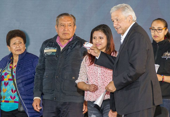 El presidente de México, Andrés Manuel López Obrador, encabezó la Entrega de Apoyos Integrales de Desarrollo a Personas con Discapacidad en Tlaxcala (Notimex-José Pazos)