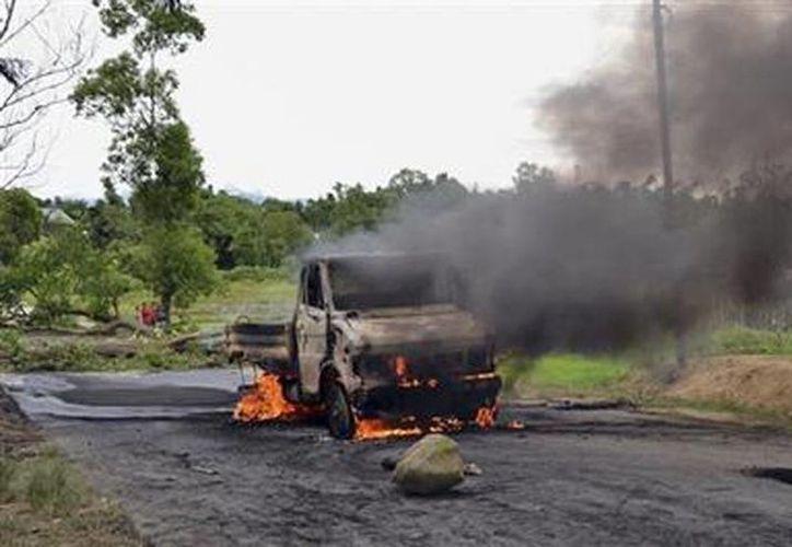Un vehículo es incendiado durante una protesta en Manipur, India. (Agencias)