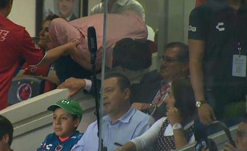 Momento en que Fidel Kuri increpa a Edgardo Codesal, director del área técnica en la Comisión de Árbitros de la Federación Mexicana de futbol, el pasado viernes en el estadio Luis 'Pirata' Fuente. (Imagen de Récord)
