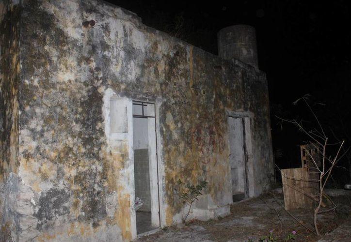 Fachada de la iglesia de Misne Balam, que por dentro ya no tiene techo.