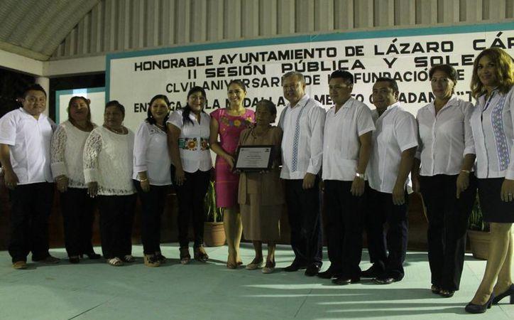 La entrega del galardón fue durante la sesión pública y solemne de ayer. (Raúl Balam/SIPSE)