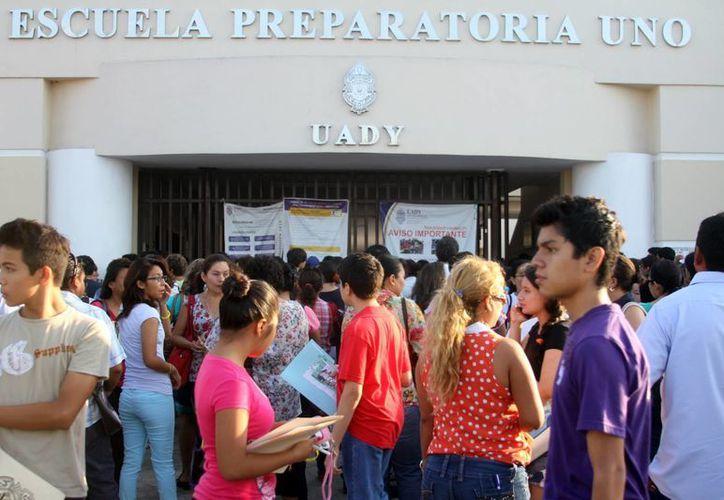 Miles de jóvenes colmaron las instalaciones de la Prepa Uno para presentar su examen de admisión. (Milenio Novedades)