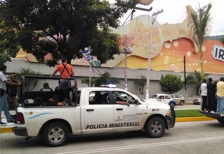 Policías ministeriales trasladan a policías municipales de Iguala detenidos tras los hechos del 26 y 27 de este mes con estudiantes normalistas de Ayotzinapa, Guerrero. (Notimex)