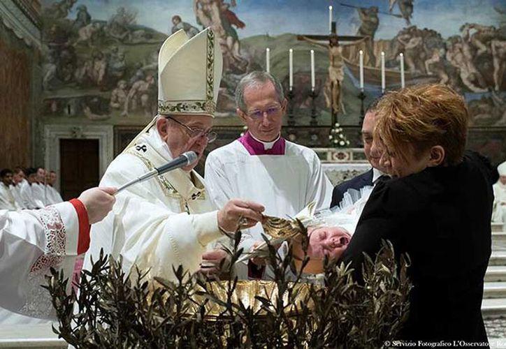 El Papa Francisco bautizó este domingo a 28 bebés en la Capilla Sixtina y bromeó anunciando que 'el concierto ha comenzado' cuando los llantos de los pequeños fueron en aumento. (osservatoreromano.va)